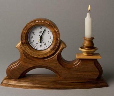 شمعدان و ساعت چوبی